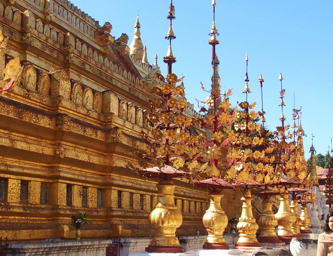 Cour pagode Shwezigon Bagan Birmanie