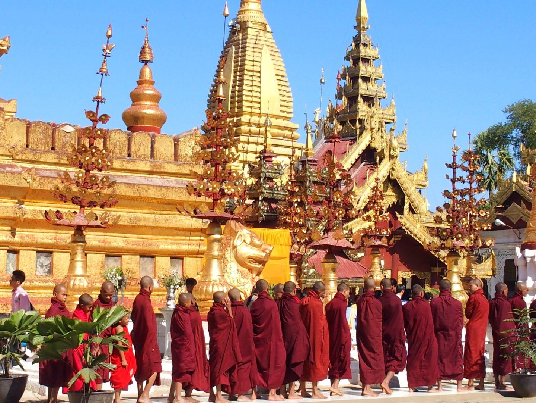 Cour pagode Shwezigon et moines Bagan Birmanie