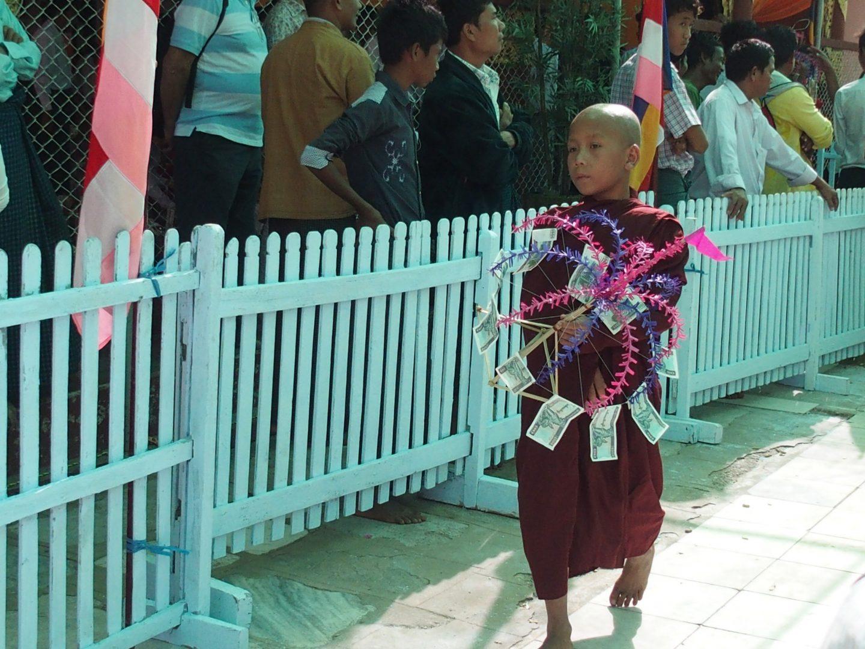 Donation argent pagode Shwezigon Bagan Birmanie