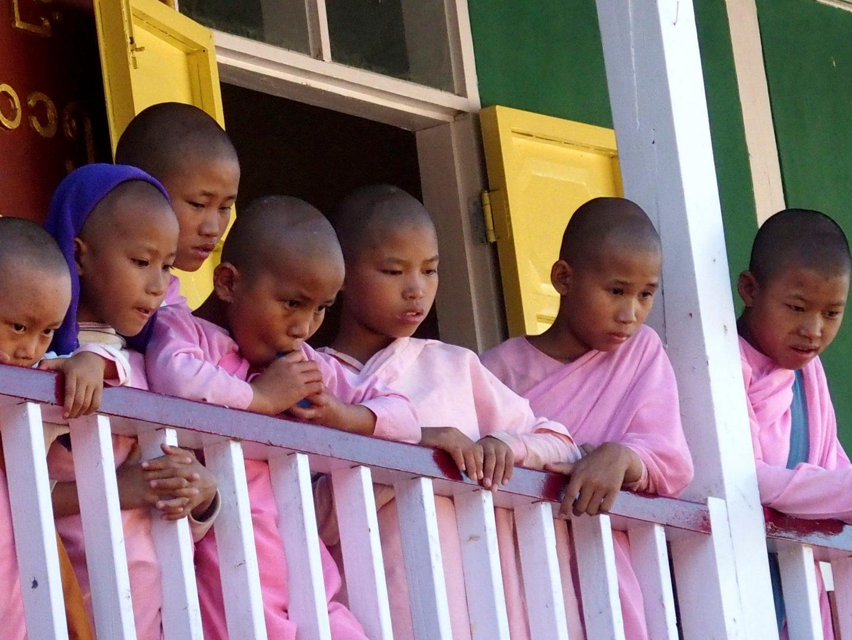 Elèves balcon Mandalay Birmanie