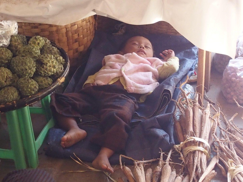 Enfant endormi dans marché Bagan Birmanie