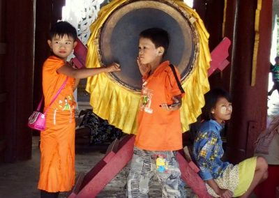Enfants pagode Shwezigon Bagan Birmanie