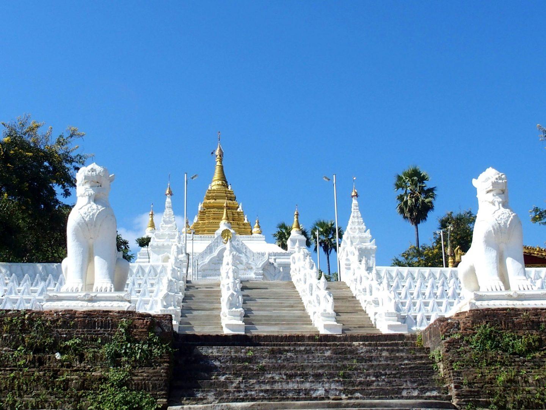 Escalier et chinthes stupa pagode Hsinbyume Mingun Birmanie