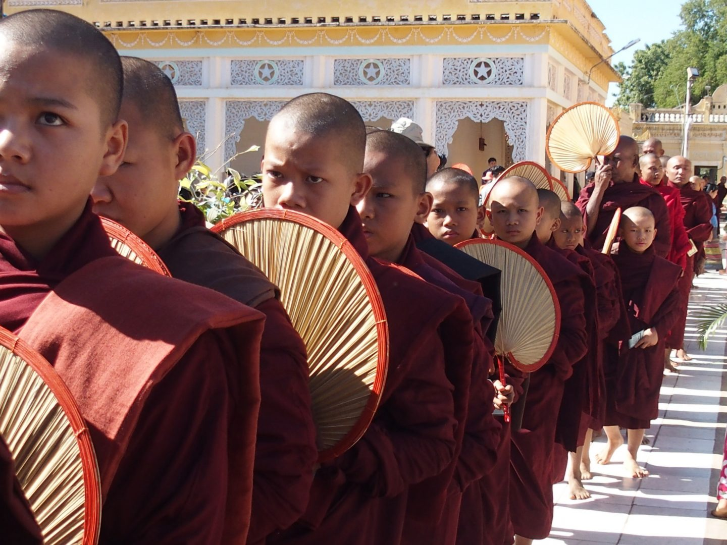 Eventails des novices pagode Shwezigon Bagan Birmanie