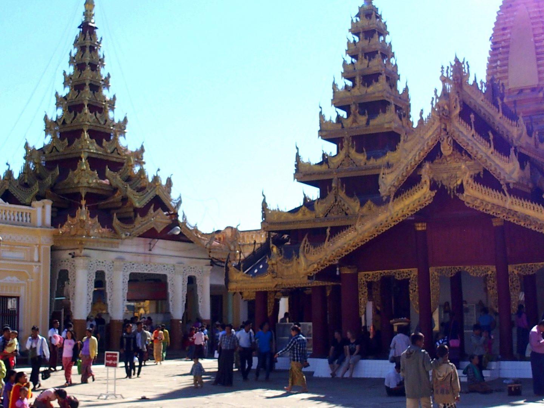Fidèles dans pagode Shwezigon Bagan Birmanie