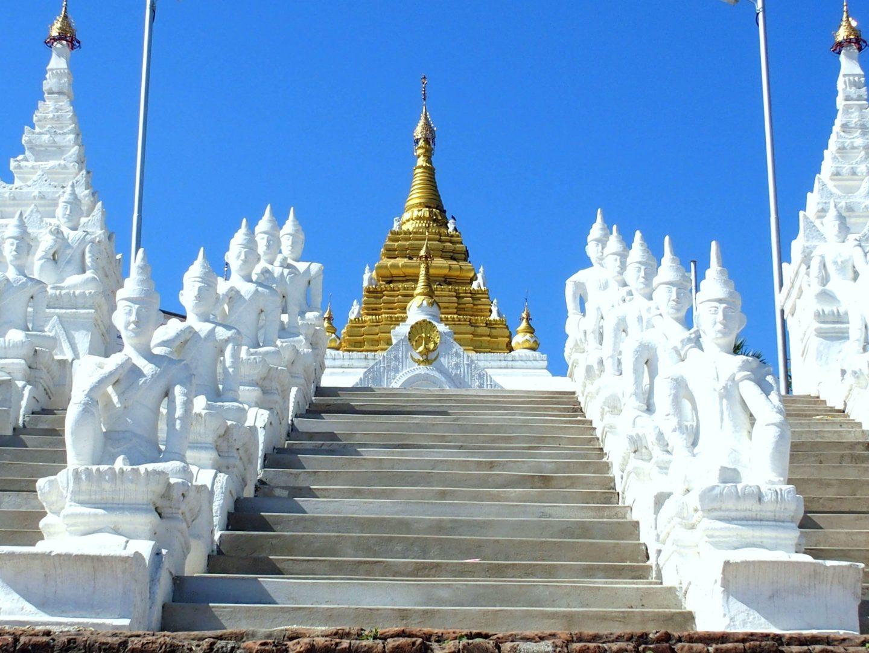 Gardes escalier pagode Hsinbyume à Mingun Birmanie