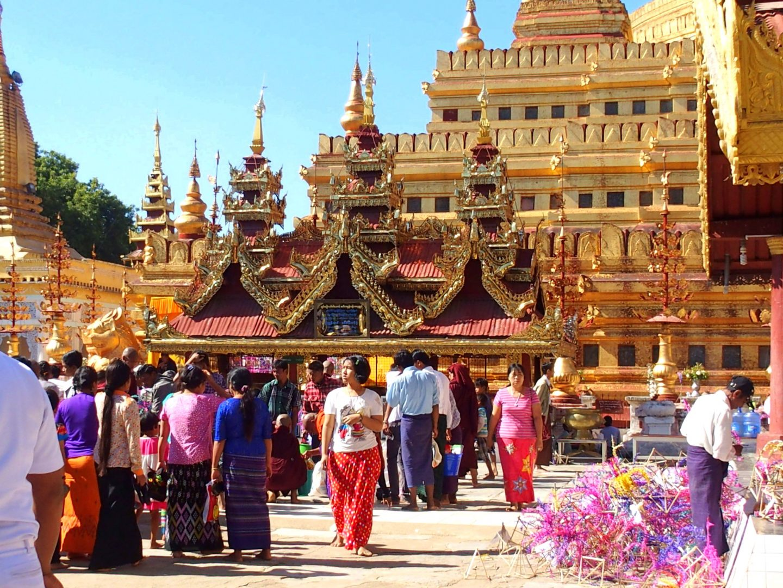 Intérieur pagode Shwezigon avec fidèles Bagan Birmanie