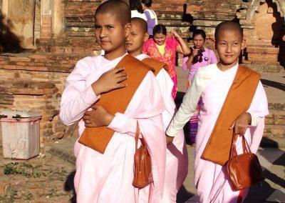 Jeunes nonnes Bagan Birmanie