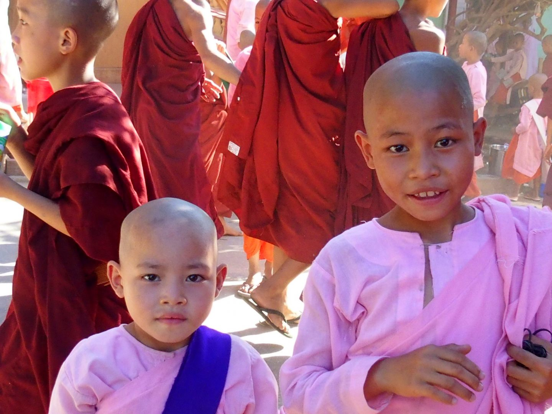 Jolis regards de nonnes Mandalay Birmanie