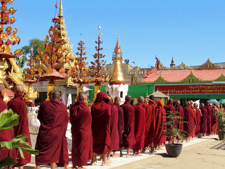 Moines dans pagode Shwezigon Bagan Birmanie