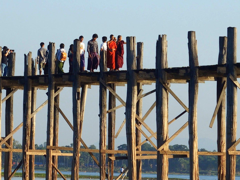 Moines et touristes pont U Bein Amarapura Birmanie