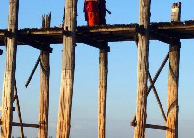 Moines pont U Bein Amarapura Birmanie