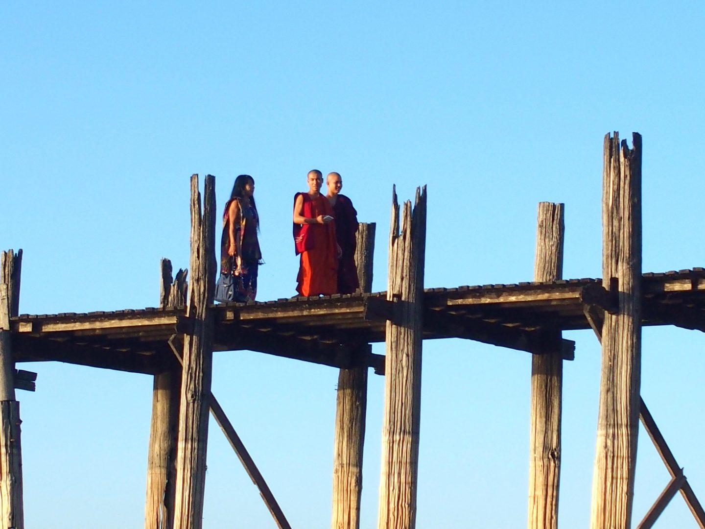 Moines sur pont U Bein Amarapura Birmanie