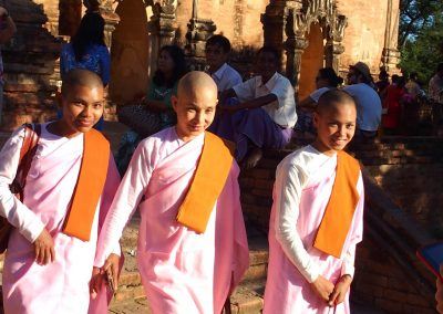 Moniales souriantes temple Bagan Birmanie