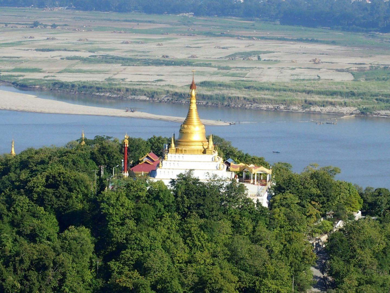 Pagode et fleuve Irrawady Sagaing Birmanie