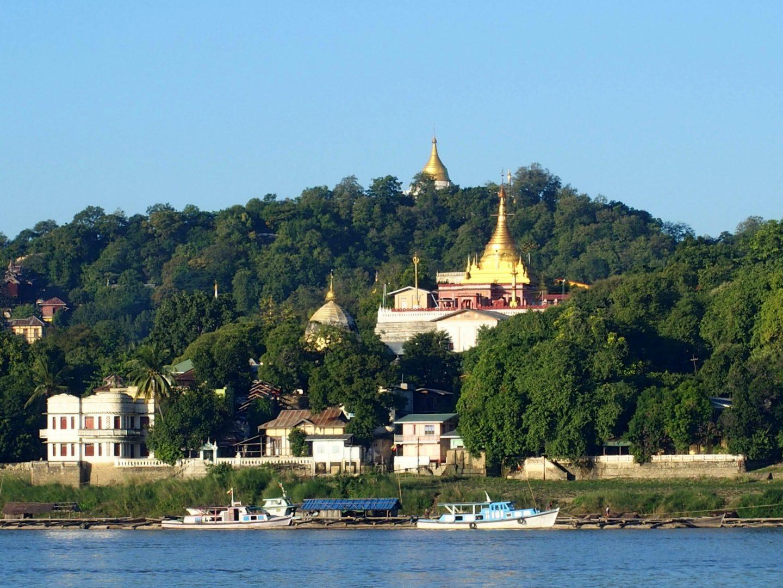 Pagodes bord Irrawady Sagaing Birmanie