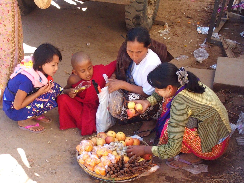 Petite vendeuse de fruits marché Bagan Birmanie
