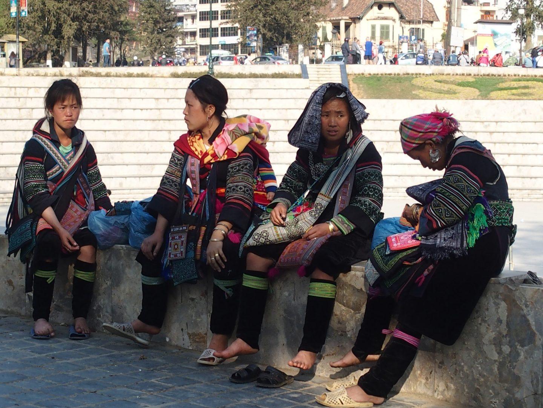 Femmes Hmong attendant les touristes Sapa Vietnam