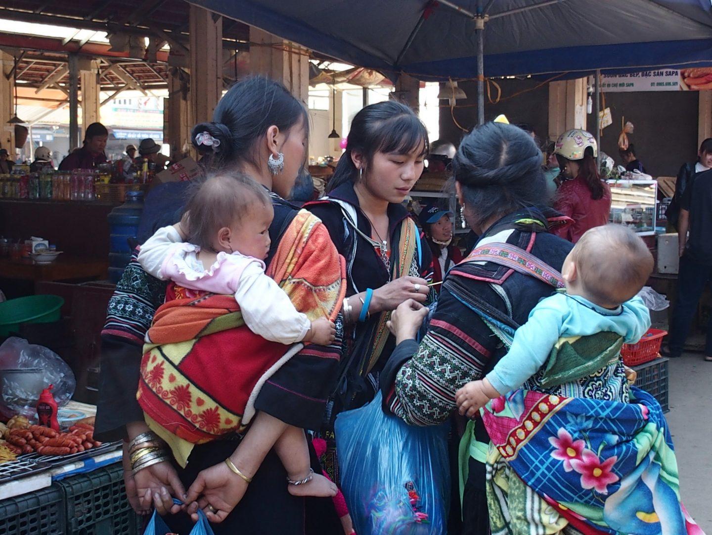Femmes Hmong et enfants Sapa Vietnam