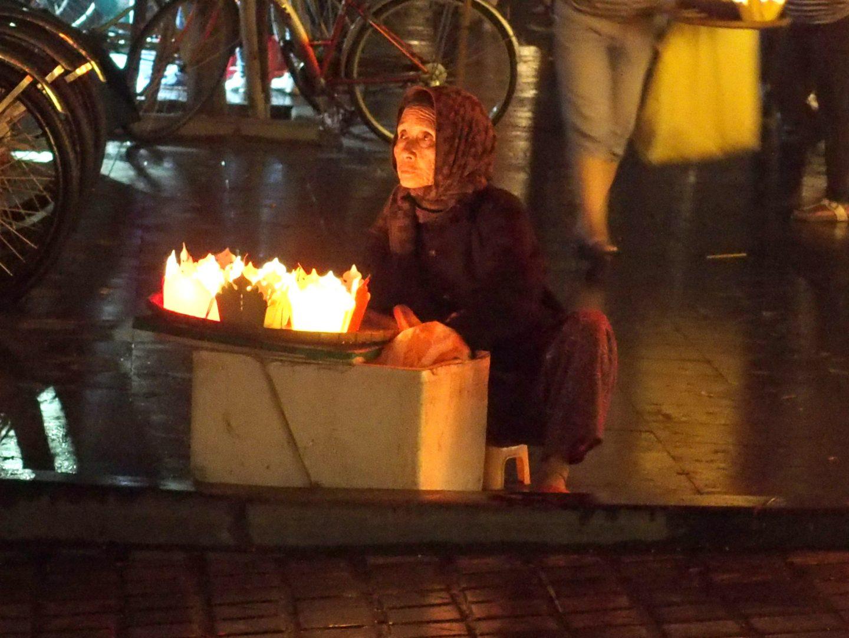 Femme âgée et lampions Hoï An Vietnam