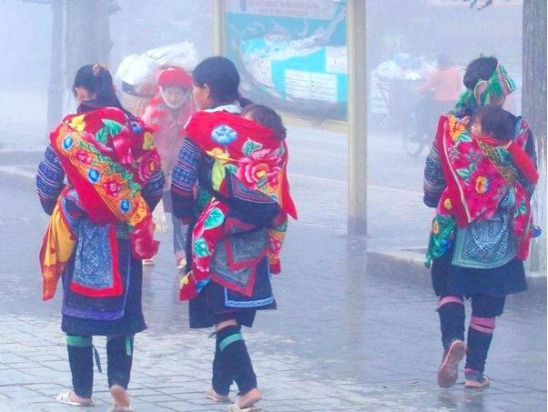 Femmes et enfants hmong dans les rues de Sapa Vietnam