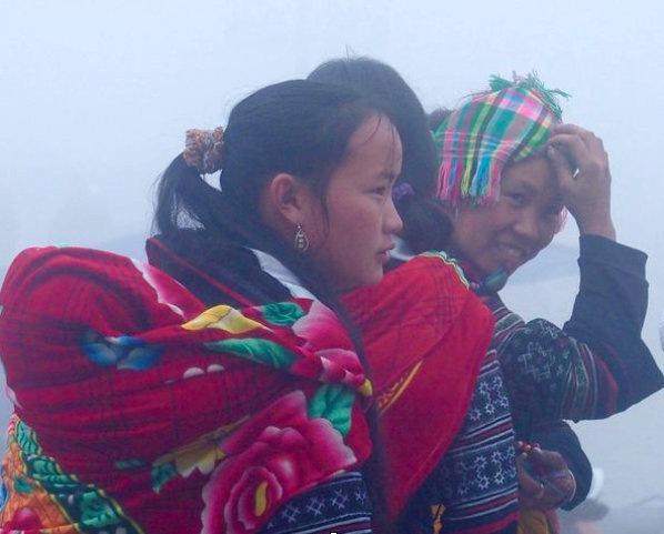 Jolies mamans dans le brouillard Sapa Vietnam