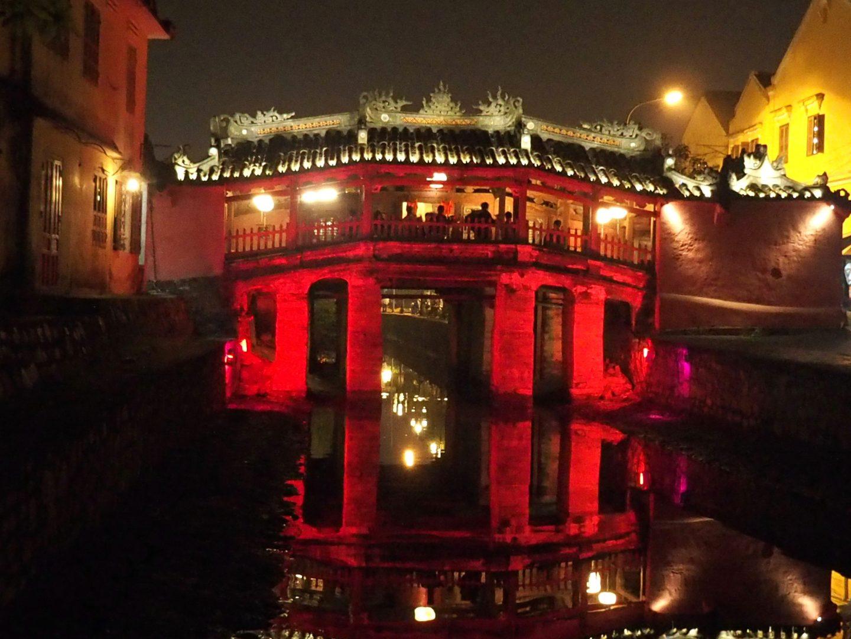 Pont japonais Hoï An Vietnam éclairage rouge