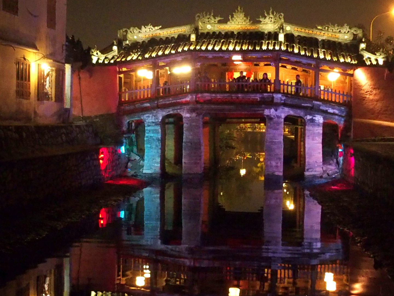 Pont japonais Hoï An éclairage mauve Vietnam