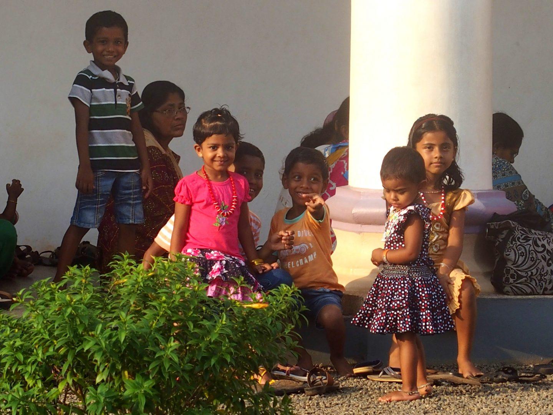 Enfants devant église Allepey Kerala Inde
