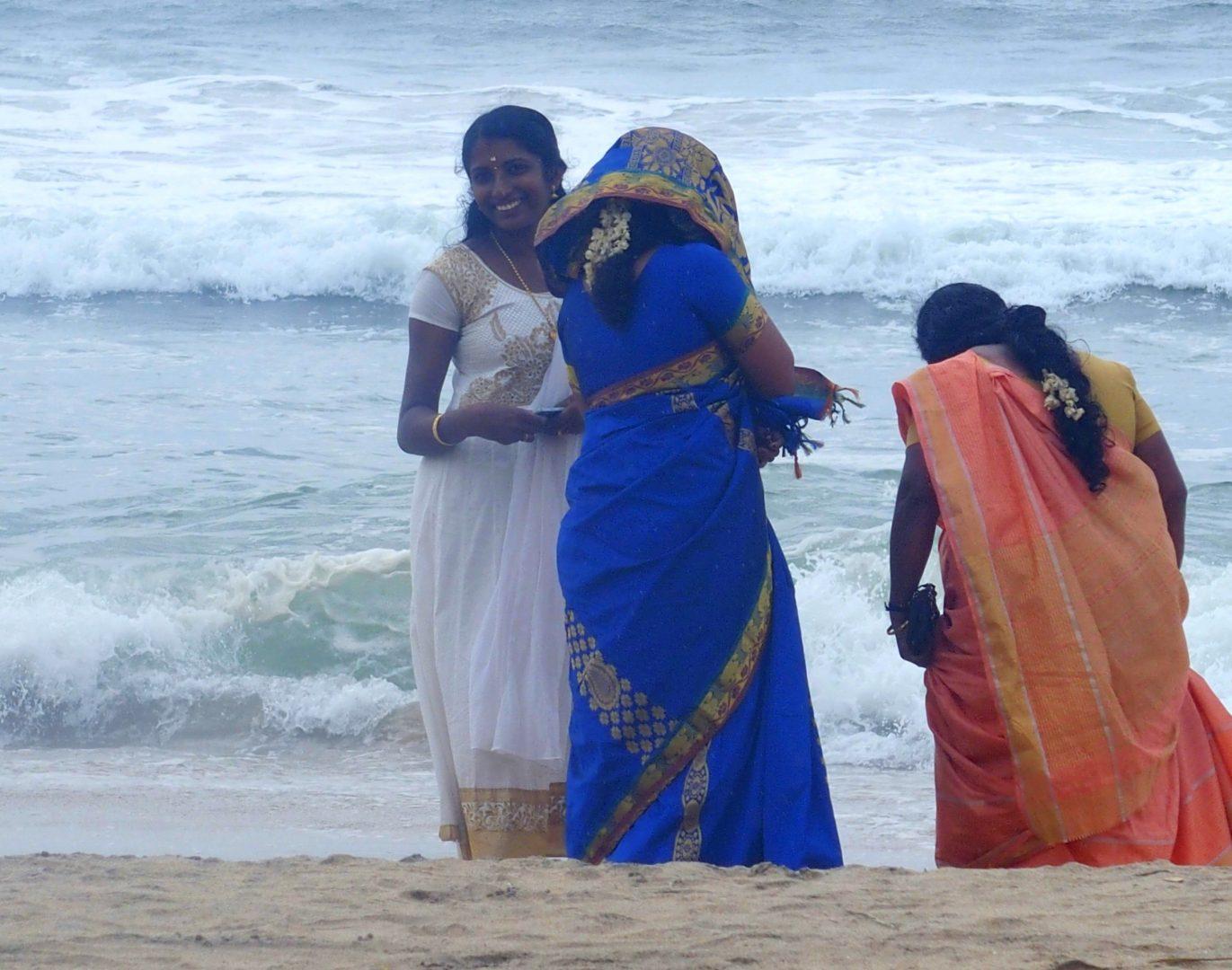 Jeunes femmes à la plage Inde