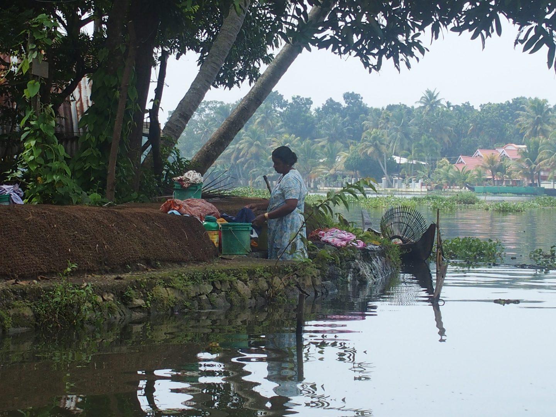 Lessive dans les canaux Allepezha Kerala Inde