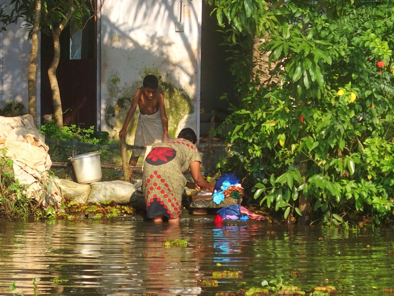 Lessive et vaisselle backwaters Allepey Kerala Inde