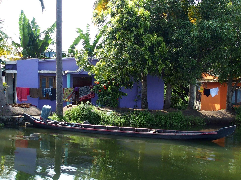Maison colorée sur rive backwater Allepey Kerala Inde