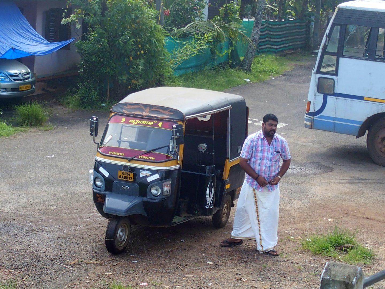 Mon chauffeur de rickshaw en dhoti Nelpura Kerala Inde
