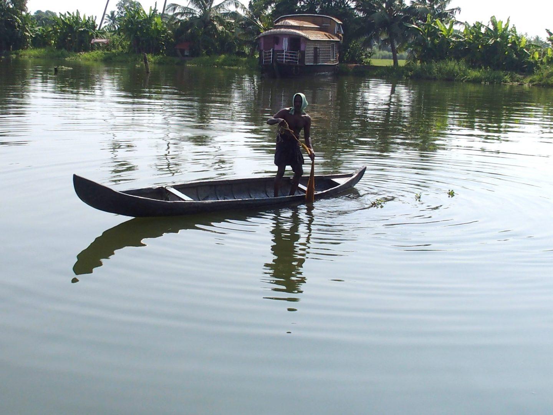 Pêcheur sur backwater Allepey Kerala Inde