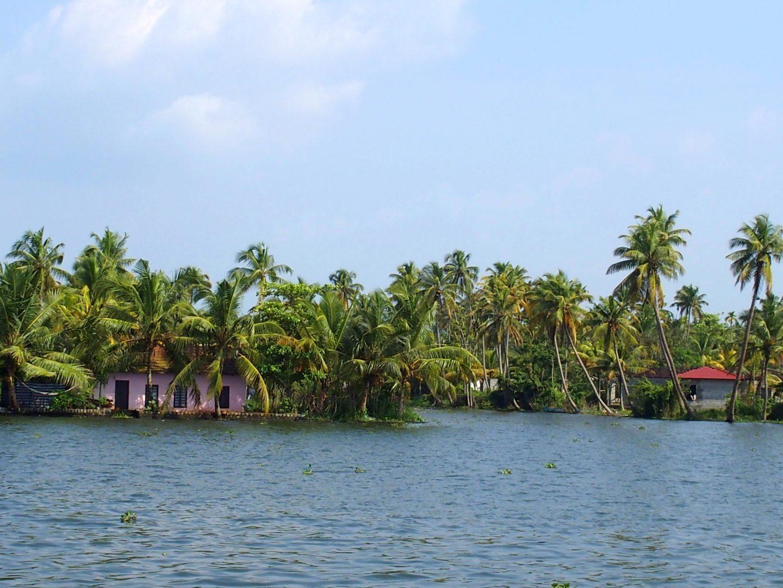 Petites maisons colorées sur rives backwater Allepey Kerala Inde