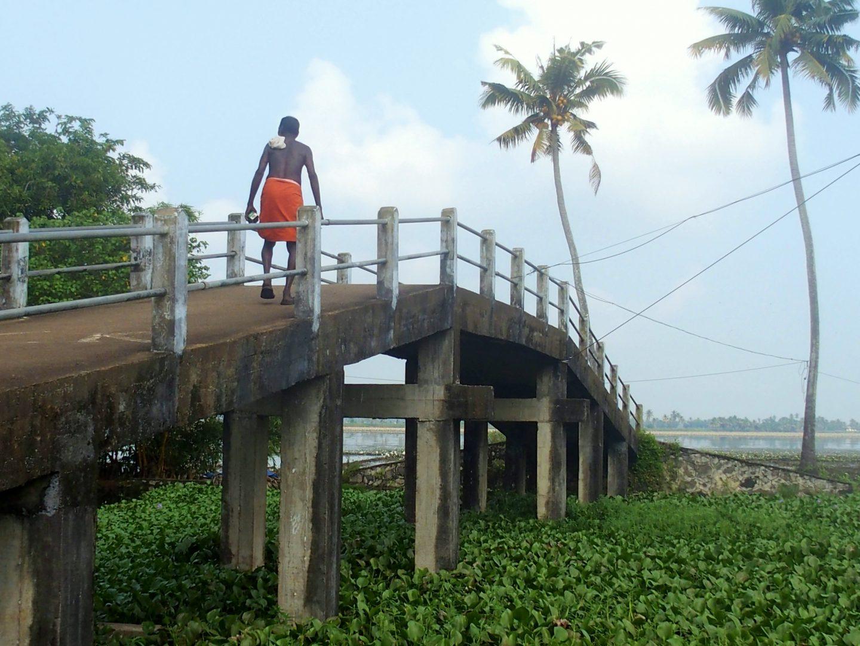 Pont qui relie îles backwaters Kerala Inde