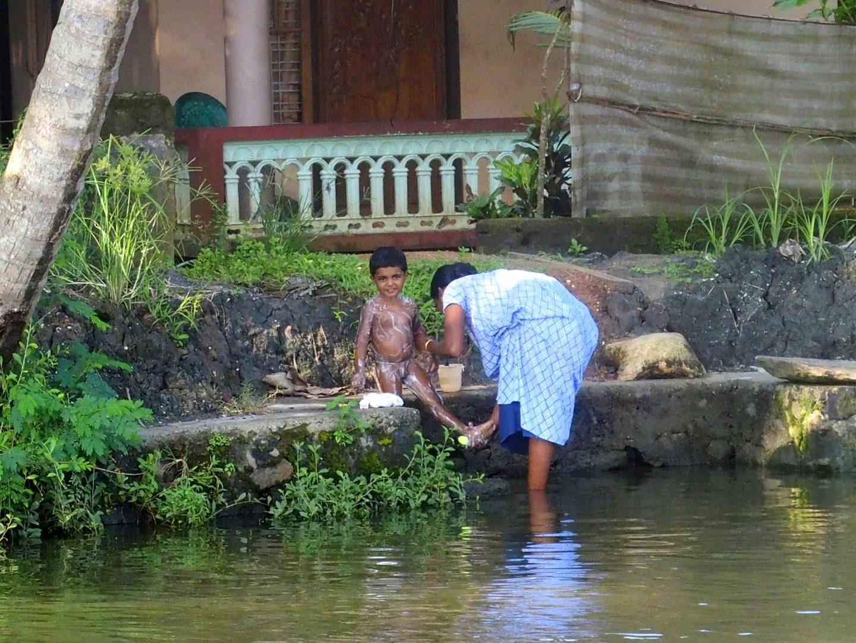 Toilette sur rive backwater Allepey Kerala Inde