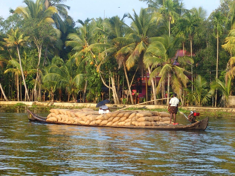 Transport sacs sable backwaters Allepey Kerala Inde
