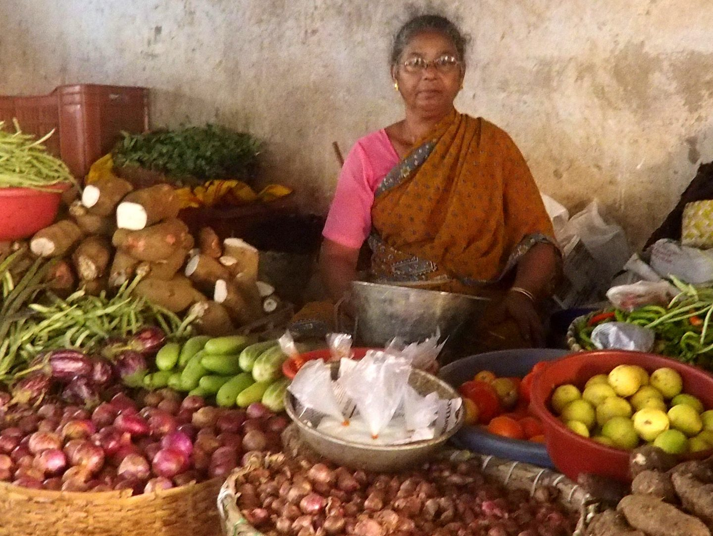 Vendeuse légumes marché Vishram Kerala Inde