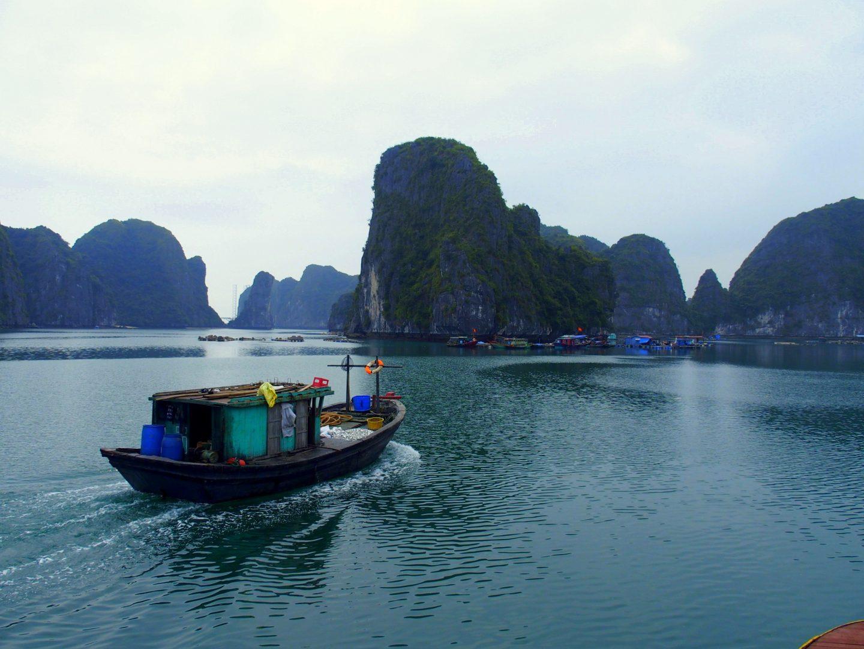 Bateau dans baie d'Halong Vietnam