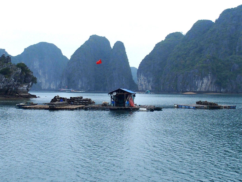 Cabane flottante de pêcheur Baie Lanh Ha Vietnam