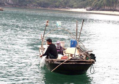 Couple de pêcheurs Baie d'Halong Vietnam