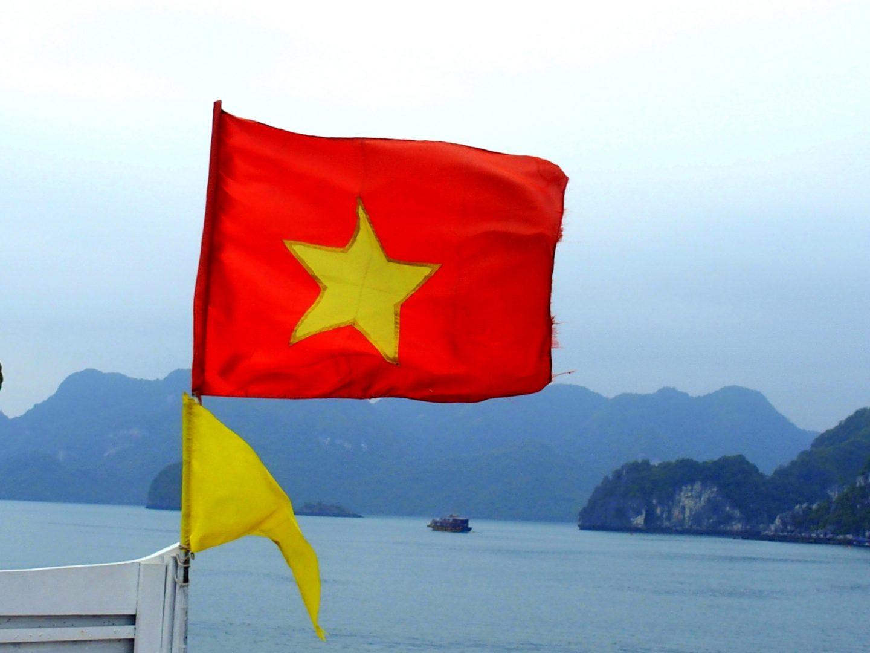Drapeau en baie d'Halong Vietnam