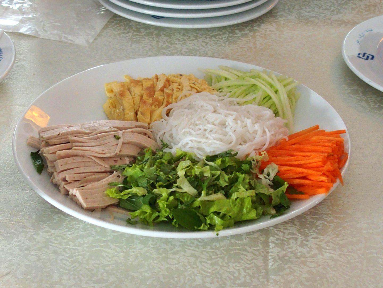 Ingrédients rouleaux de printemps bateau baie d'Halong Vietnam