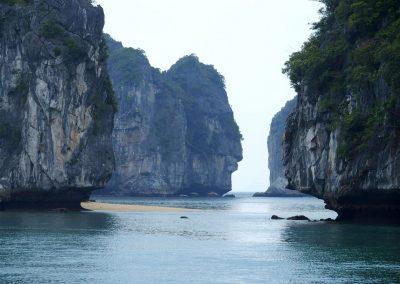Navigation entre îlots Baie d'Halong Vietnam