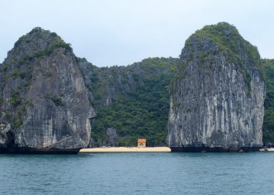 Petite plage entre karsts Baie d'Halong Vietnam