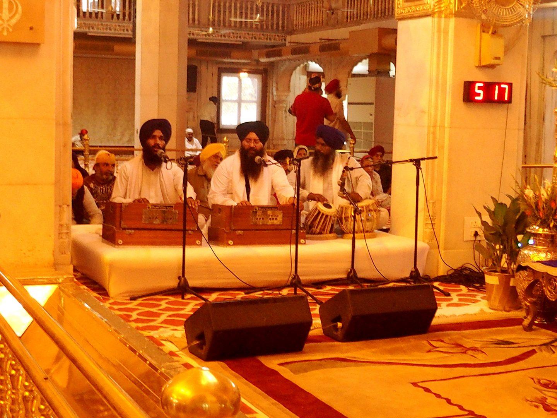 Chants sacrés avec harmonium portable et tabla temple sikh New Delhi Inde
