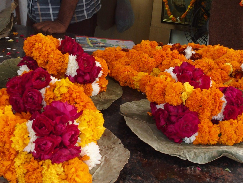 Colliers de fleurs temple sikh New Delhi Inde