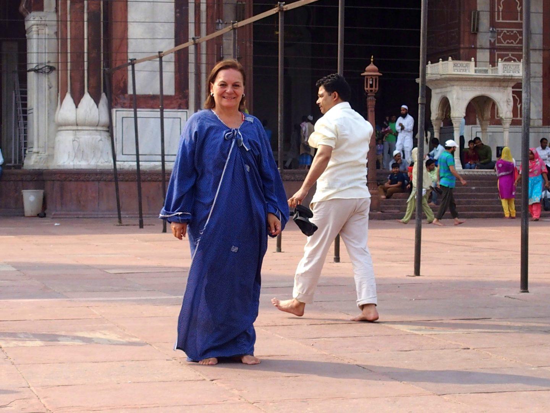 Dans cour de la grande mosquée avec tunique obligatoire Delhi Inde